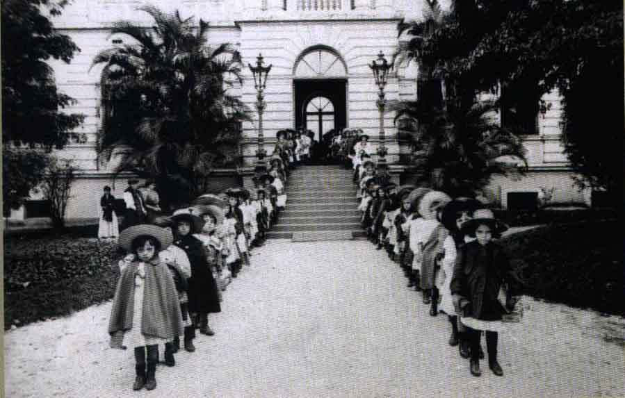 Escola Normal Caetano de Campos (1896), de Ramos de Azevedo, na Praça da República, hoje sede da Secretaria Estadual de Educação.