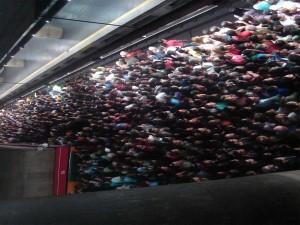 Estação Sé de metro às 17h, em dia de chuva.